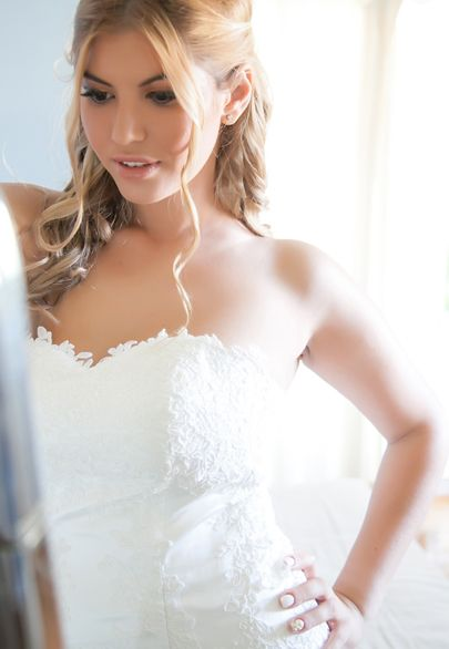 Bride getting ready in front of the mirror- Mitheo Events | Concept Events Styling
