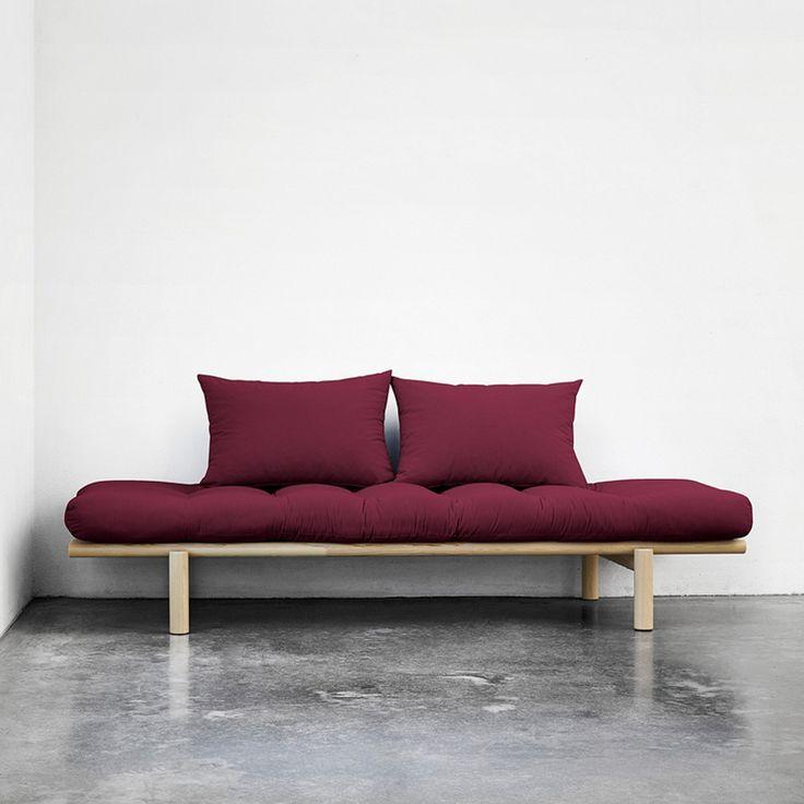 El diván cama Pace es una opción ideal para decorar espacios multifunción como estudios o salones.