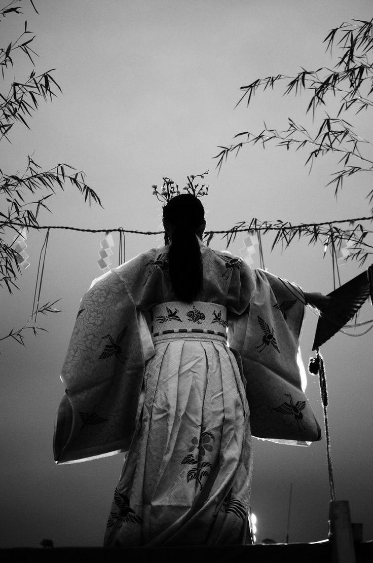 Japanese Shinto shrine maiden, Miko 巫女