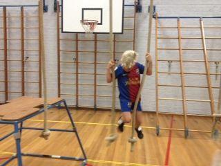 klimmen van touw naar touw, van knoop naar knoop, zonder op de grond te stappen (start en eindpunt: kastdeel of trapezoïde)