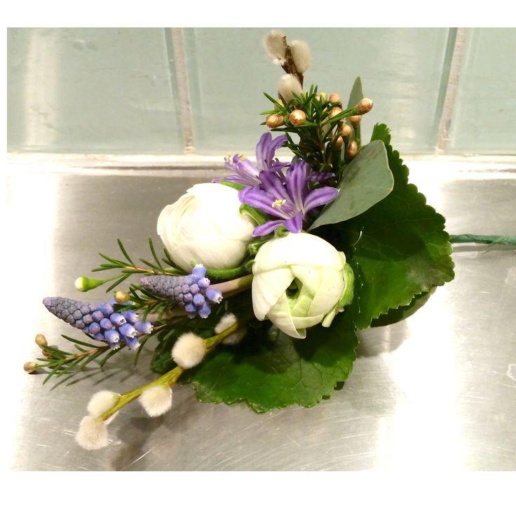 Corsage med pärlhyacinter och ranunkler till vårbröllopet #pärlhyacint #muscari #ranunkel #vide #corsage #knapphålsblomma #blå #bröllopsblommor #weddingflowers #systerblom