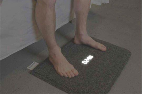 Bien plus qu'un simple #tapis de bain, ceci est un #réveil #digital ! Seule solution pour l'éteindre au #réveil...c'est de mettre les pieds dessus. Et tout ça, pour un #réveil des plus efficaces ! #hightech