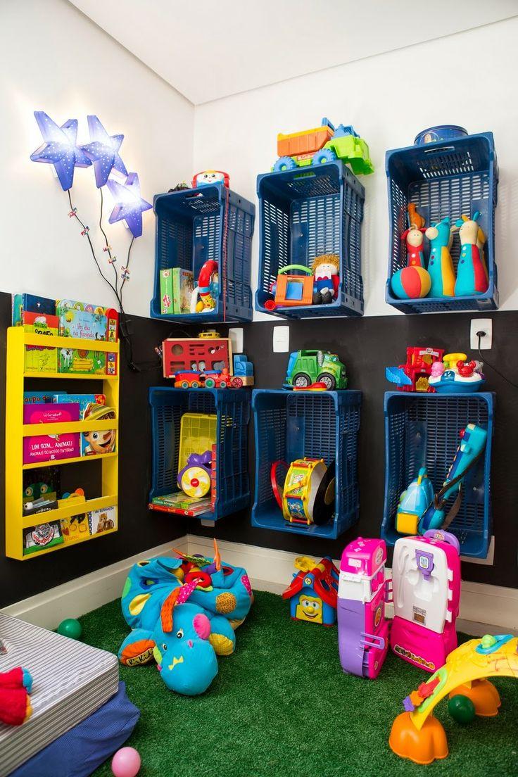 Ótima ideia para economizar espaço e organizar os brinquedos que, pelo menos aqui em casa, se recusam a ficar no lugar.