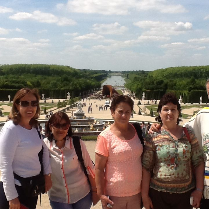 Al fondo los campos y jardines de Versalles, espectacular recorrido por el palacio Real en compañía de la familia Zuluaga