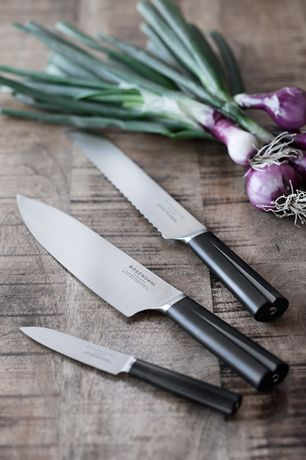 The grooved handle on the chef's knife provides a good ergonomic grip and ensures a steady hand in the kitchen. #rosendahl #rosendahlgrandcru