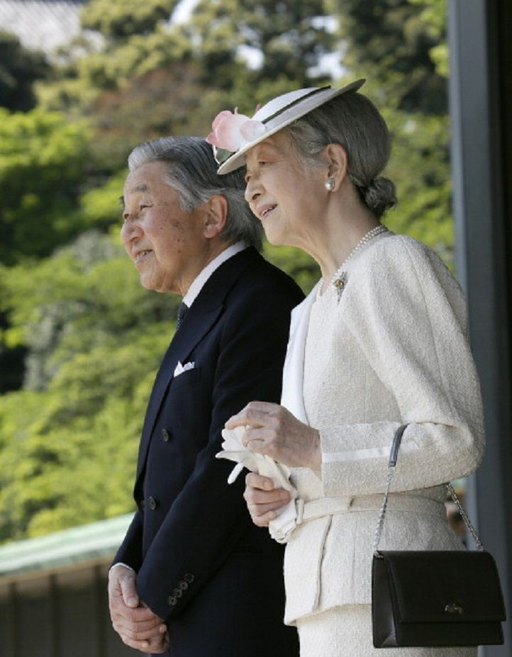 Japan's Emperor AKihito, and Empress Michiko leave after a welcoming ceremony at the Imperial Palace in Tokyo, Japan, on 24.04.14.