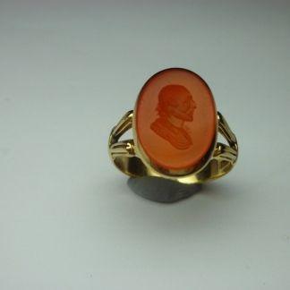 Anello sigillo in oro vittoriano con corniola incisa