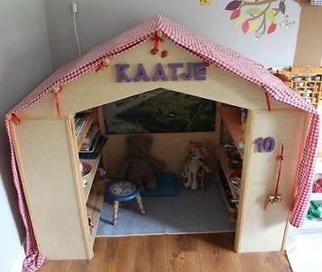 Leuk houten speelhuisje 'kaatje' voor binnen om lekker in te spelen en verstoppen. Voorzien van handige planken om spulletjes op te bergen. De letters kaatje zijn op het huisje geplakt en
