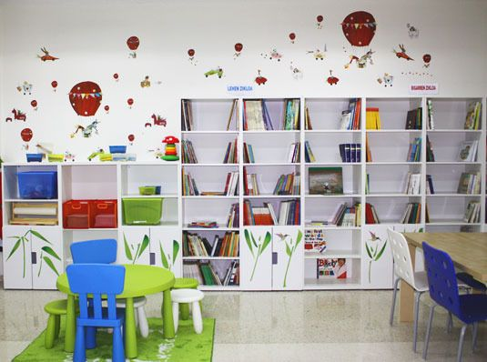 Biblioteca escolar con ikea post el colegio p blico de for Escuela de decoracion de interiores