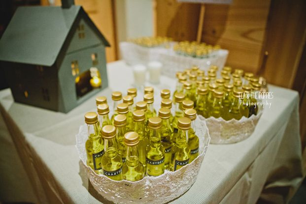 Cadeau d'invités - fiole de chartreuse ou genepi ou mini reblochon ©Ela & the Poppies - Mariage en hiver a Chamonix - La mariee aux pieds nus