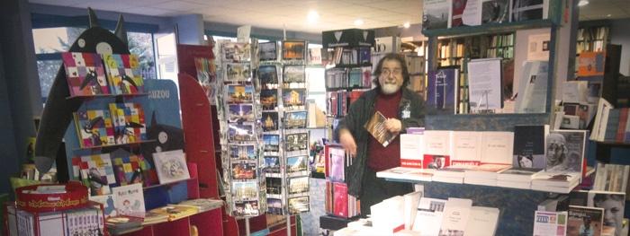 La lucarne des écrivains c'est une librairie associative, des soirées littéraires, philosophiques, ludiques, des débats, des apéros, du théâtre, du slam… La lucarne des écrivains c'est aussi la promenade des rêveurs solitaires. En savoir + : http://www.rock-n-rolla.fr/?p=855