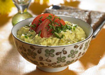 Æggesalat er en klassisk og lækker dansk ret, der gør sig godt ved frokostbordet