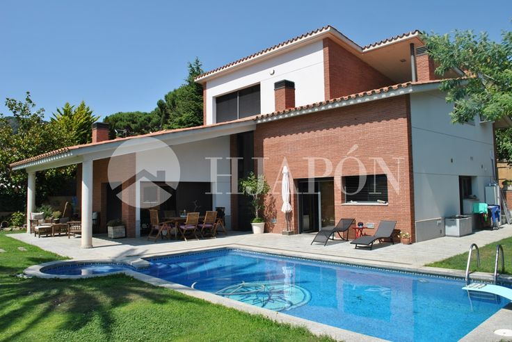 Exclusive designer house for sale in Premià de Dalt, with breathtaking views onto the sea and Barcelona.