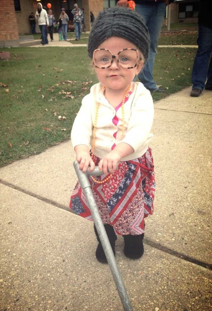 sehr lustige Idee - kleines Mädchen als Oma mit Rohrstock verkleidet