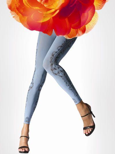 Met de fraaie Flower Cirus legging van Falke koop je eigenlijk 2 leggings voor de prijs van één! Dat komt doordat je deze Falke legging namelijk ook binnenste buiten kunt dragen, zodat je nog meer kunt combineren.  De kleur Bellflower heeft een lichtblauwe buitenkant en een grijze binnenkant en de kleur Platinum heeft een grijze buitenkant en een donkergrijze binnenkant. Welke kleur je ook kiest met deze Flower Cirus legging heb je een beauty voor je benen in huis!