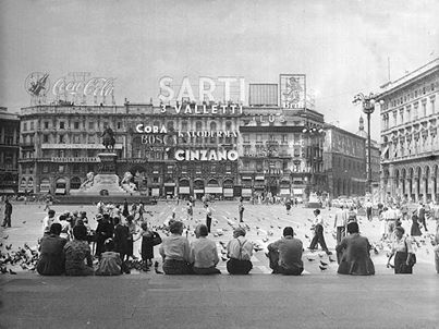 Seduti sulla scalinata di piazza del Duomo a Milano, anni 60 ?