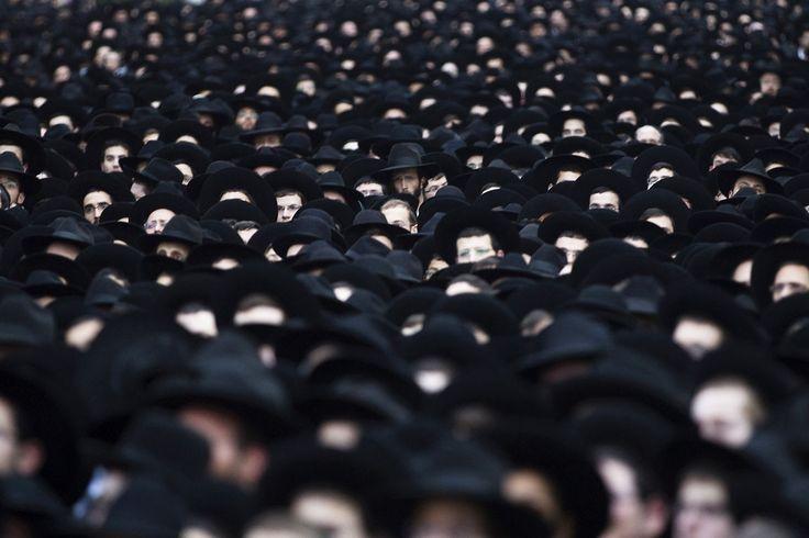 """Bilder des Tages: Blickfang « DiePresse.com   12. März. Ultra-orthodoxe Juden während eines Marschs in Bnei Brak nahe Tel Aviv. Sie unterstützen die """"United Torah Judaism"""" Partei, Israel wählt am 17. März ein neues Parlament."""