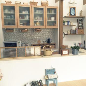 食器棚のカウンター部分一面に、レトロタッチでナチュラルな雰囲気のミックスタイルを貼った例です。落ち着いた高級感のある仕上がりが素敵!