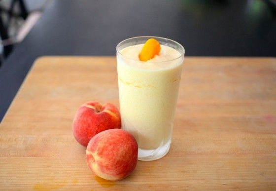 Smoothie de Pêssego - 2 copos de gelo, 2 pêssegos, 3/4 de copo de leite, 1 copo de yogurte, 1/2 copo de suco de laranja e 3 colheres de mel