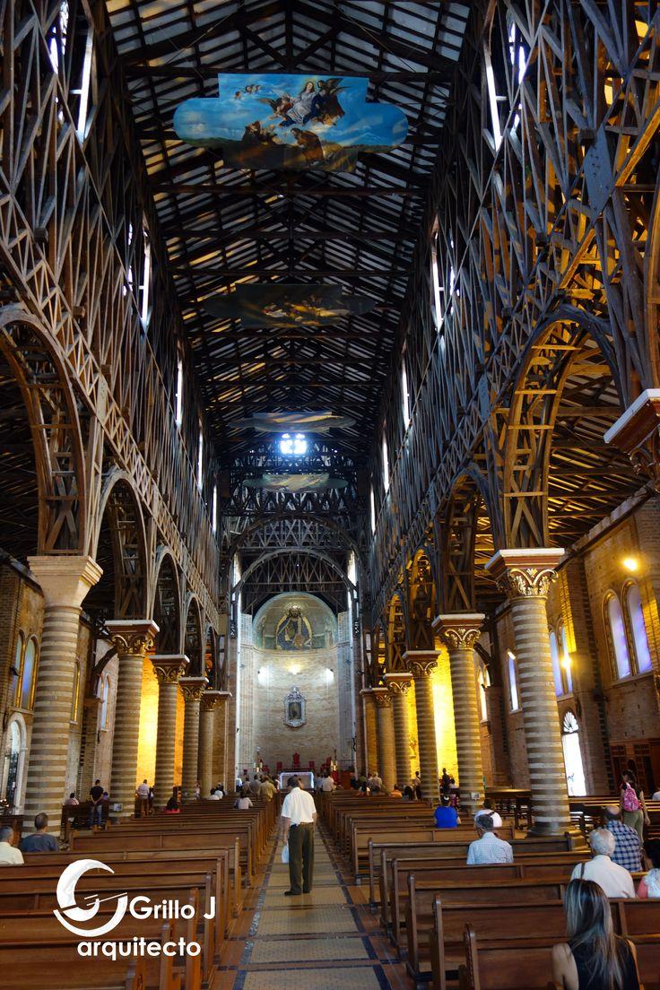 Catedral de Nuestra Señora de la Pobreza. Pereira, nave central