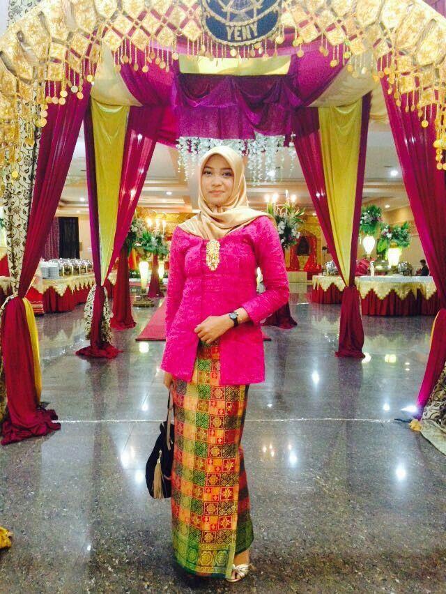 Kebaya kutu baru dan songket hijab
