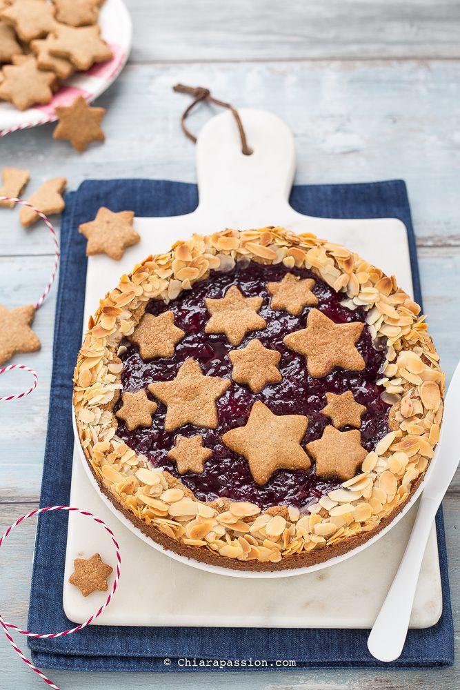 La Linzer torte è il dolce austriaco tipico della città di Linz, il più antico al mondo, un vero classico delle feste natalizie insieme ai linzer cookies, ma credetemi è adatto sempre: a merenda, come fine pasto elegante e goloso, insomma ogni momento è adatto per questa torta paradisiaca. La parti