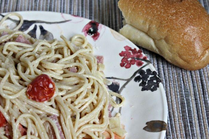 Espaguetis en Salsa Blanca con Jamón y Tomates #Receta