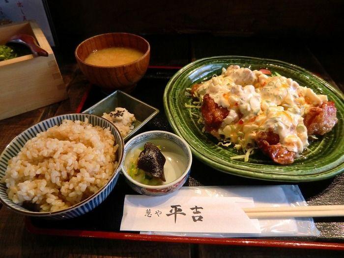 京都祇園にもほど近い阪急河原町駅周辺で、安くて美味しいランチのお店をセレクトしました。和食やタイ料理、バイキングなど料理のジャンル・お店の雰囲気は様々。同じリーズブルなお食事でも、毎日違った味わいを楽しんで下さい。予算は1000円以内としていますが、料金やメニューは変わることがありますので最新情報は公式HPなどでチェックして下さい。