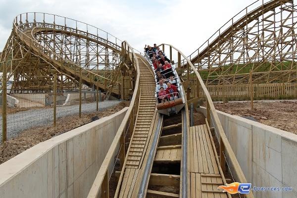 19/22 | Photo du Roller Coaster Mammut situé à Tripsdrill (Allemagne). Plus d'information sur notre site http://www.e-coasters.com !! Tous les meilleurs Parcs d'Attractions sur un seul site web !! Découvrez également notre vidéo embarquée à cette adresse : http://youtu.be/i8S4p9Z_JM8