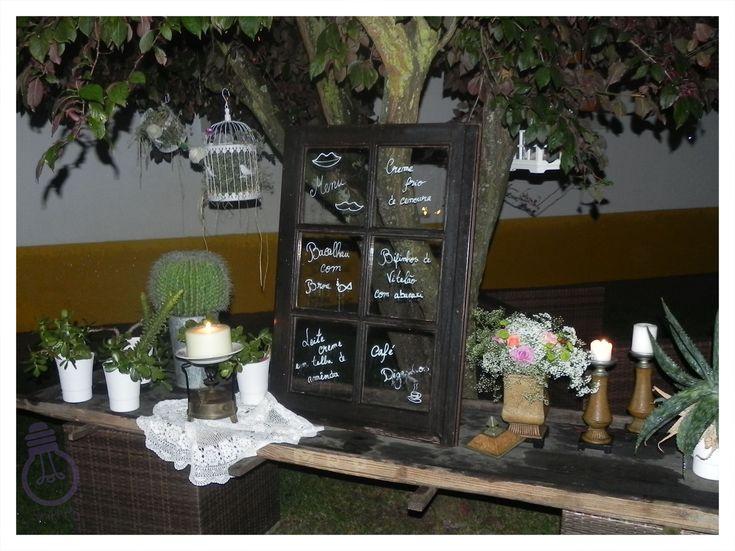 """Foi assim que decidimos apresentar a ementa do nosso almoço de casamento. Uma janela antiga, marcador de giz e """"voilá""""!"""