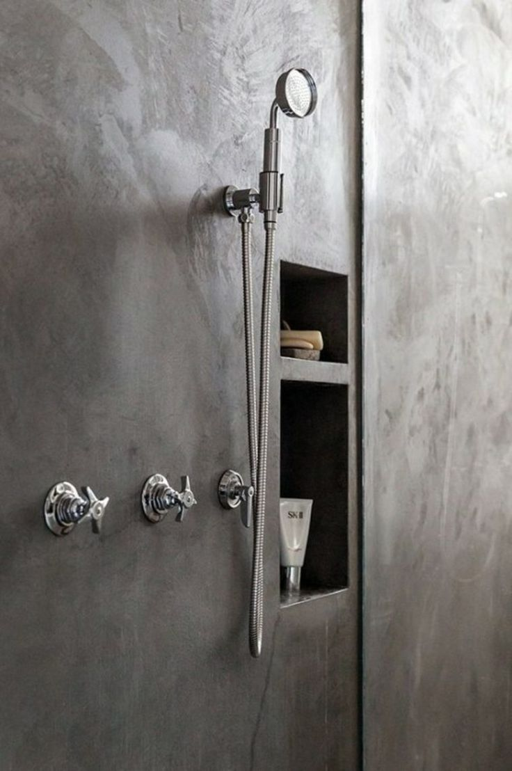 Mur de salle de bain en béton ciré