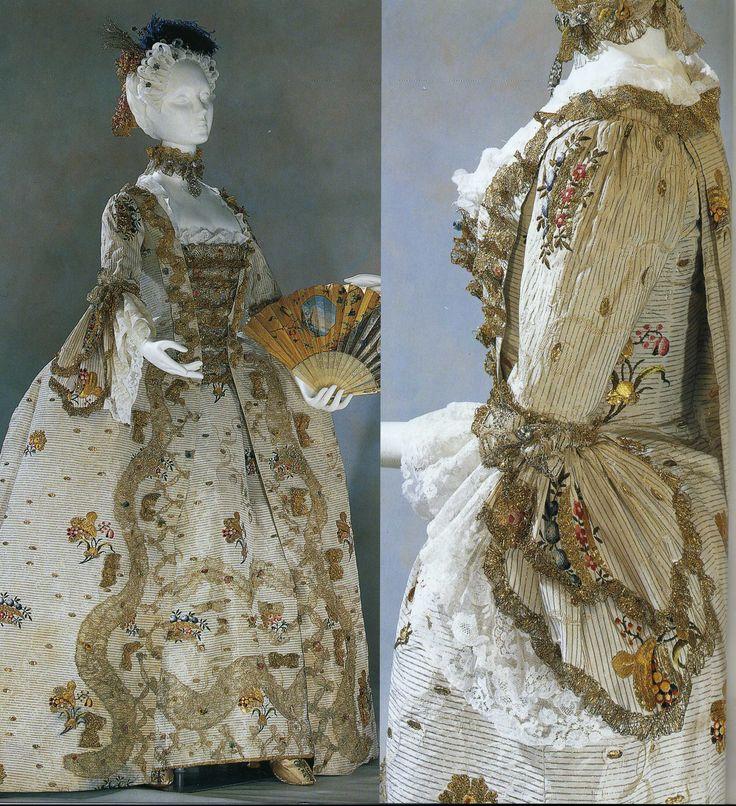 """Платье """"robe a la francaise"""" Около 1760 года, Англия. Шелковая парча из Спайтафилдза цвета слоновой кости с золотыми, серебряными и полихромными нитями; цветочный орнамент, золотое кружево, серебристый газ; двойные рукава """"пагода""""; нижняя юбка; стомак из золотого и серебряного кружева с оборкой; ангажанты из брюссельского кружева."""