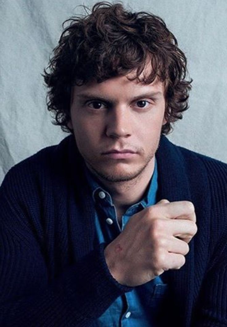 In Demand! Evan Peters was invited as Guest Speaker at the University of Connecticut Spring Weekend Lecture.All tickets gone in less than an hour!