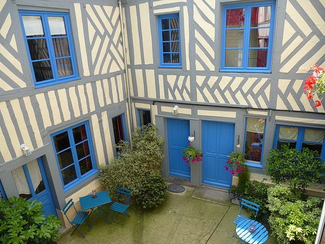 Уютный дворик отеля Réglisse & Pain d'Epices