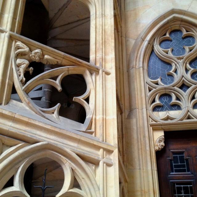 dentro da catedral do castelo