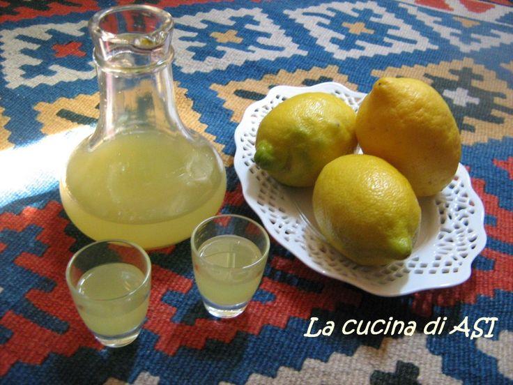 Questo limoncino sono anni che lo faccio nella mia cucina lo offrivo anche nella mia piccola trattoria, non è troppo alcolico quindi adatto a tutti i palati