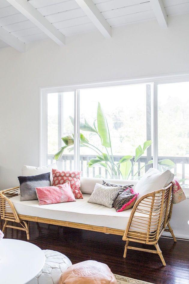 Visite appartement SFGirlbyBay Los Angeles tendance deco lit banquette en rotin pour le salon canapé