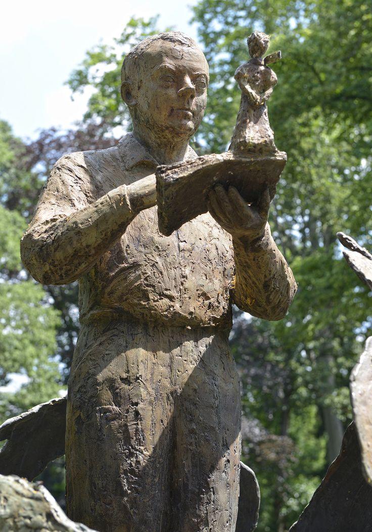 La statue en l'honneur de Saint-Exupéry et du Petit Prince est à découvrir au Jardin Royal. © K. Lhémon #visiteztoulouse #toulouse