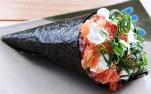 Veja o passo a passo de como fazer temaki de salmão com cream cheese, o cone filadélfia.