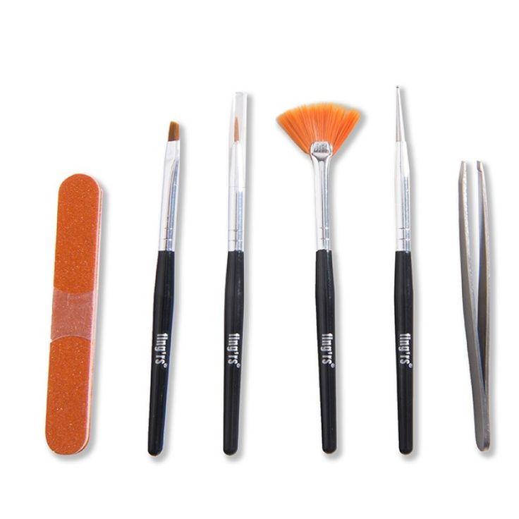 Περιποιηθείτε τα νύχια σας και δημιουργήστε τα αγαπημένα σας σχέδια με το Nail Art Box από την Fing'rs! Περιλαμβάνει 3 πινέλα (Striper Brush, Slanted Brush, Fan Brush) 1 dotting εργαλείο, 1 τσιμπιδάκι και 3 χάρτινες λίμες. Συγκεκριμένα:- Tο Striper Brush έχει λεπτή μύτη, για να δημιουργήσετε μ
