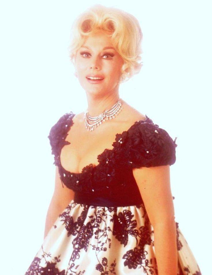 """Eva GABOR, née le 11 février 1919 à Budapest (Hongrie), morte le 4 juillet 1995 à Los Angeles (Californie), est une actrice américaine, d'origine hongroise. Elle est principalement connue pour son rôle de Lisa DOUGLAS, l'épouse du personnage d'Eddie ALBERT : Oliver WENDELL DOUGLAS, dans la série """"Les Arpents verts"""". Ses deux sœurs Zsa Zsa GABOR et Magda GABOR étaient également actrices. Toutes les trois sont aussi connues pour leurs nombreux mariages et divorces."""