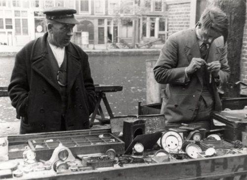 Rommelmarkten. De kraam van de horlogemaker of klokkenmaker op de markt te Amsterdam, Nederland 1934.
