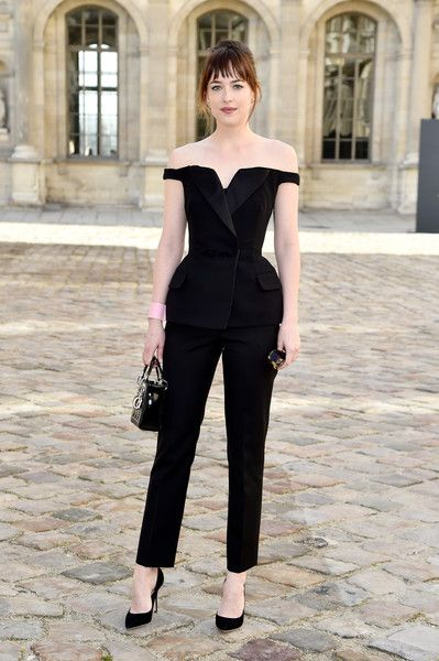 Dakota Johnson in Ankünfte bei Christian Dior