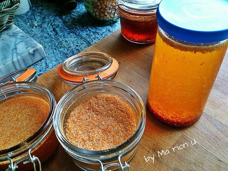 Hagebutten trocknen, anschliessend mahlen- mit Zucker vermischen- oder trockene Hagebutten mit Öl aufgiessen- (Hagebuttenöl)für Salate