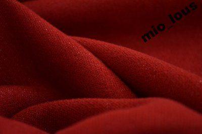 Czerwona dwuwarstwowa wełna z opalizująca nitką.