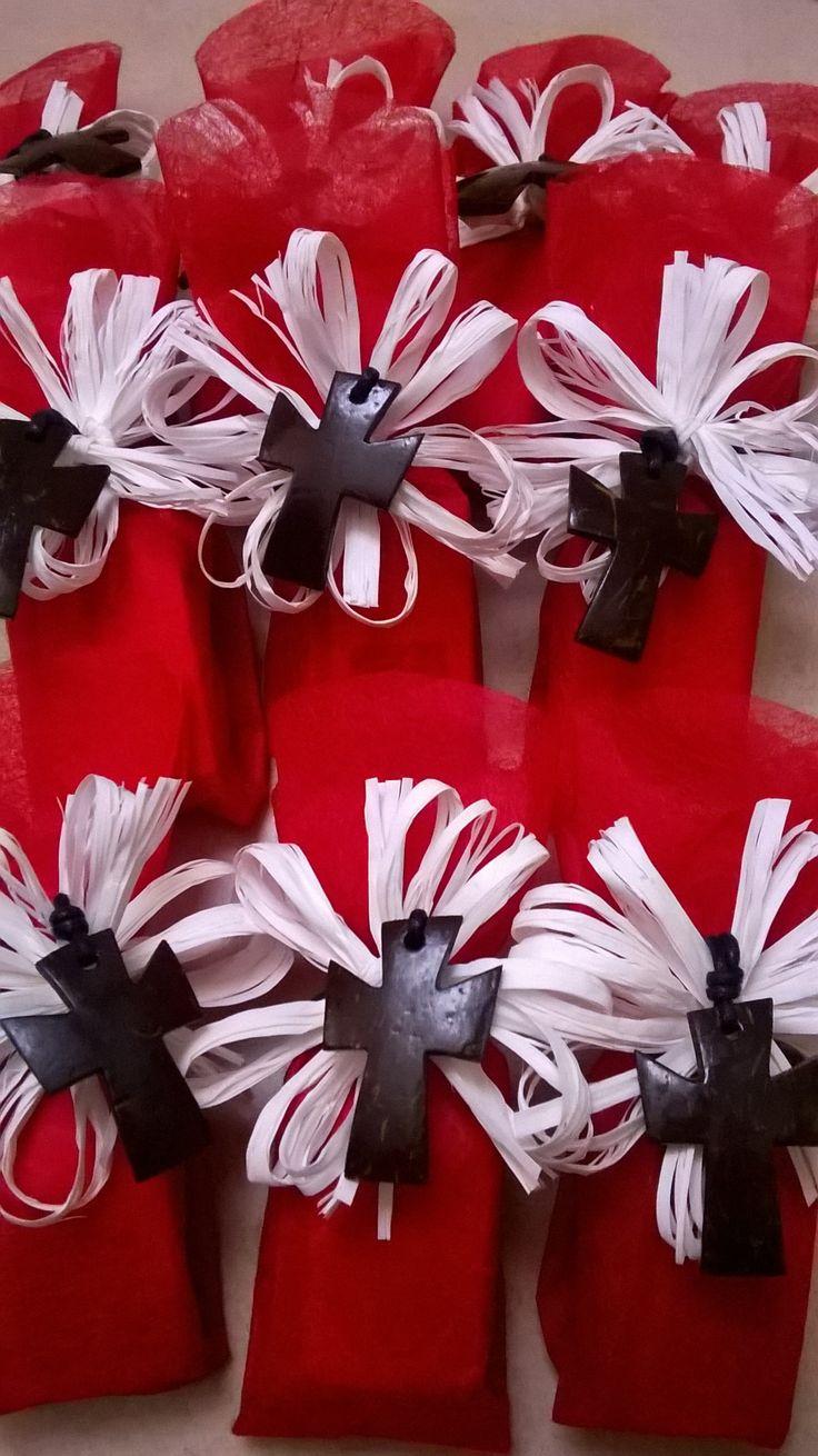 Bomboniere eque e solidali, carta in seta e collane con crocette in cocco.. Festeggiare con un segno di solidarietà