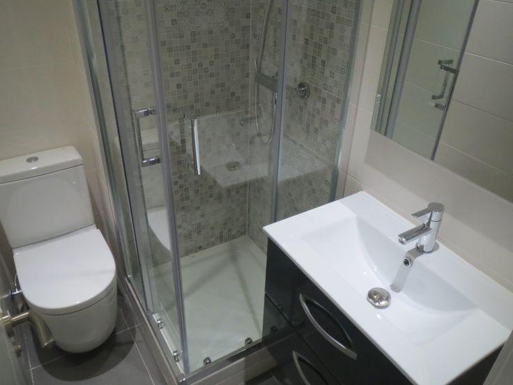 Ba o reformado y equipado con lavabo inodoro y ducha con for Ducha para inodoro