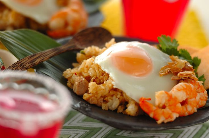 エスニックカフェで人気のメニューをお家で♪ピリ辛がクセになる、インドネシアの炒めご飯料理です。ナシゴレン[エスニック料理/米料理]2015.07.27公開のレシピです。