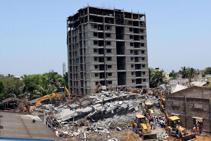インド南部チェンナイ(Chennai)近郊で起きたビル崩壊事故の現場で、生存者を捜索する救急隊員ら(2014年6月29日撮影)。(c)AFP ▼30Jun2014AFP|インド南部で建設中のビル崩壊、11人死亡 数十人生き埋めか http://www.afpbb.com/articles/-/3019165