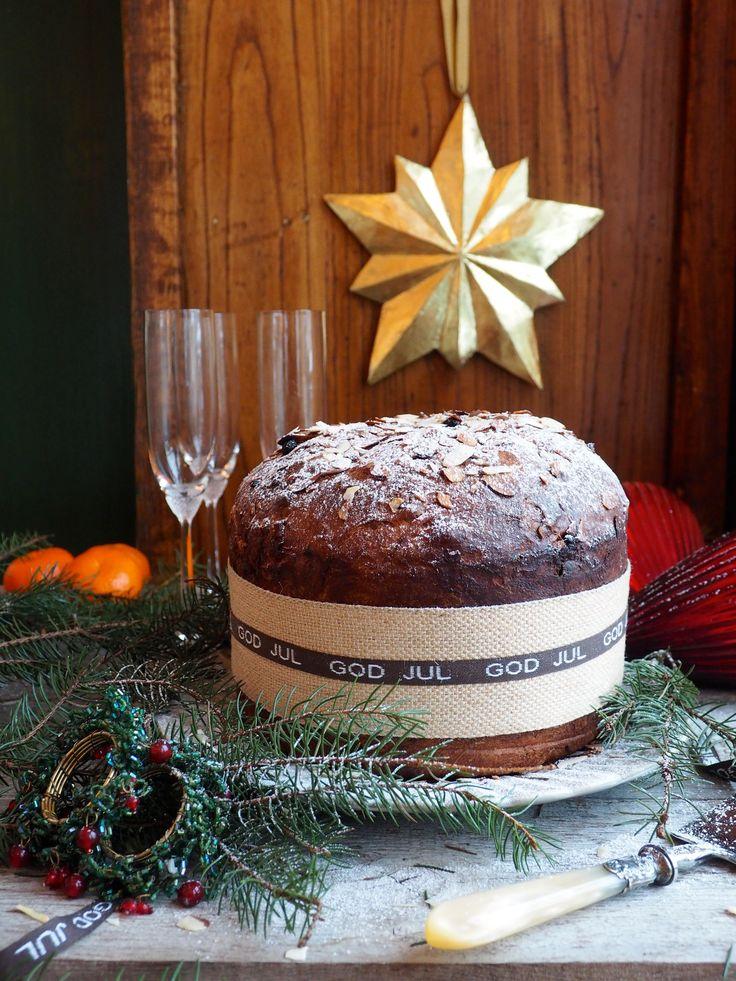 Dette er første gang jeg lager panettone, en klassisk italiensk julekake. Jeg trodde det skulle være vanskelig. Jeg trodde jeg trengte en spesiell panettone form. Men neida, panettone er ikke vanskeligere å lage enn en vanlig juliekake og neida, panettone bakes i en helt vanlig kakeform. Litt triksing med bakepapir skulle dog til for å [...]Read More...